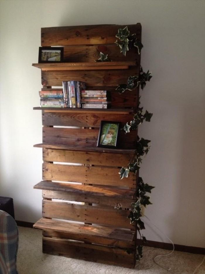 Wood pallet room stand
