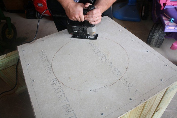 Cut the cement board with a jig saw via modernize