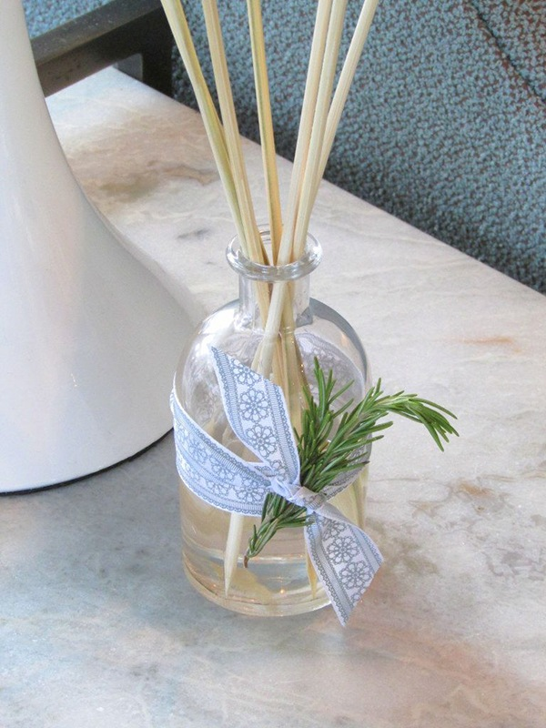 DIY Essential Oil Reed Diffuser via Homedit